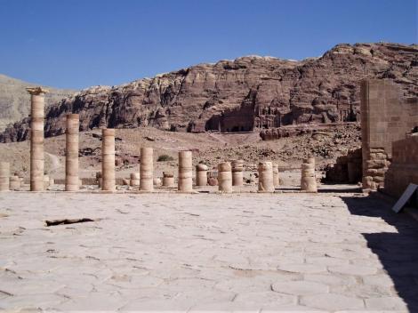 Petra: Großer Tempel, hinten Königswand (2006)