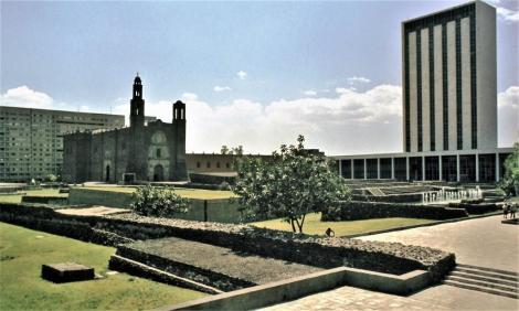 Mexiko-Stadt: Platz der drei Kulturen mit Ruinen von Tlatelolco und Kirche Santiago de Tlatelolco (1980)
