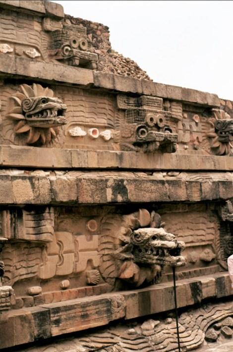 """Teotihuacan: Zitadelle - Quetzalcoatl-Tempel mit Gefiederter Schlange """"Quetzalcoatl"""" und Regengott """"Tlaloc"""" (1980)"""