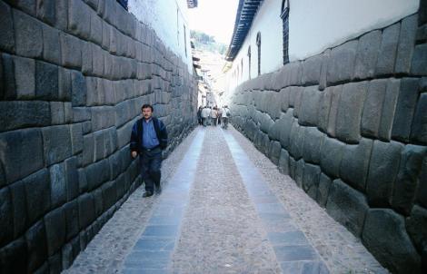 Cuzco: Calle Hatunrumiyoc - rechts Erzbischöflicher Palast mit Grundmauern aus der Inkazeit (2005)