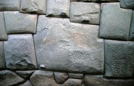 Cuzco: Calle Hatunrumiyoc - zwölfeckiger Stein am Erzbischöflichen Palast (2005)