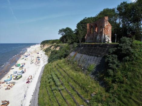 Hoff [poln. Tręsacz]: Steilküste mit durch Abtragung [Abrasion] weitgehend zerstörter Kirche (2012)