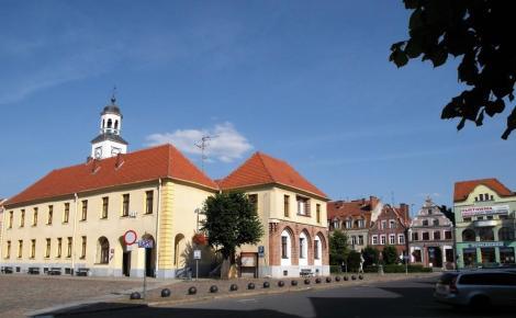Treptow [poln. Trzebiatow]: Marktplatz mit Rathaus (2012)