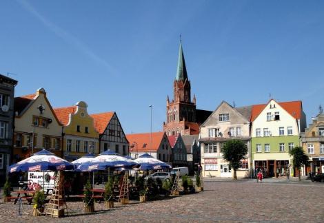 Treptow [poln. Trzebiatow]: Marktplatz und Marienkirche (2012)