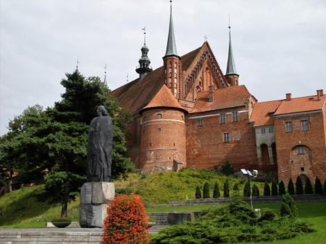 Frauenburg [poln. Frombork]: Domburg mit Kopernikus-Statue (2012)