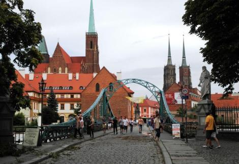 Dombrücke, hinten Kreuzkirche und Dom (2014)