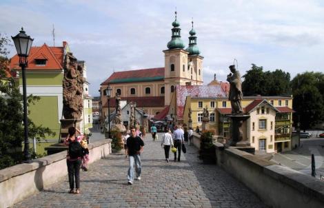 Glatz [poln. Kłlodzko]: Brücktorbrücke mit Blick zum Franziskanerkloster (2014)