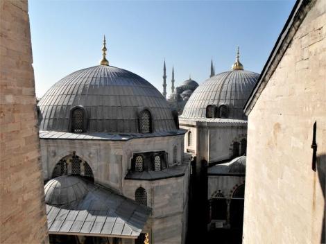 Hagia Sophia: Blick von der Südgalerie auf die Türben Selims II. [links] und Murats III. [rechts] (2014)