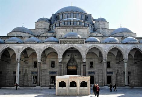 Süleyman-Moschee: Hof mit Brunnenhaus (2014)