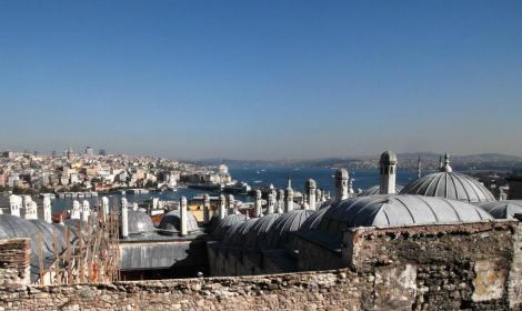 Blick von der Süleyman-Moschee über eine Medrese der Külliye zum Goldenen Horn und Bosporus (2014)