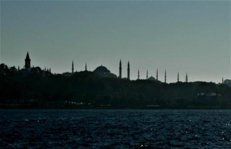 Blick vom Goldenen Horn auf den Topkapi-Palast sowie Hagia Sophia und Blaue Moschee (2014)