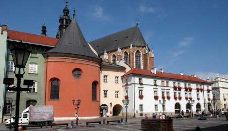 Krakau: Kleiner Ring, links Barbarakirche, rechts Chor der Marienkirche (2014)