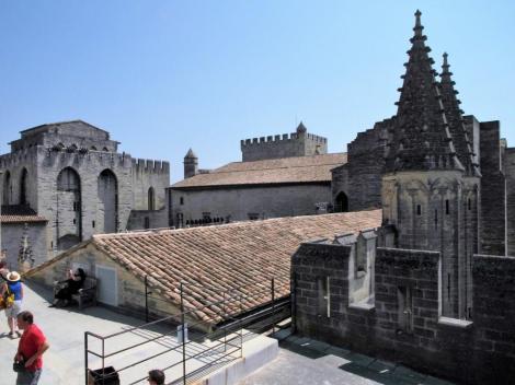 Avignon: Papstpalast - neuer Palast, links Engelsturm (2013)