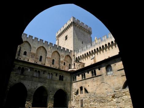 Avignon: Papstpalast - Innenhof des alten Palasts mit dem Campane-Turm (2013)