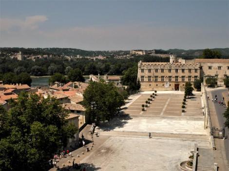 Avignon: Kleiner Palast, hinten - jenseits der Rhone - Villeneuve-les-Avignon (2013)