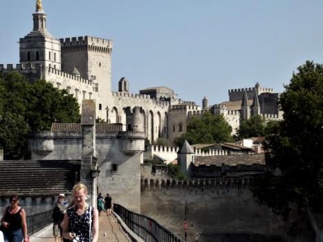 Avignon: Blick von der Benedikt-Brücke [Pont St-Bénézet] zum Papstpalast (2013)