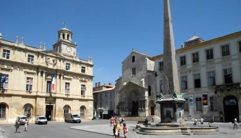 Arles: Platz der Republik mit dem Rathaus[links] und der Kirche St. Trophime [Mitte] (2013)