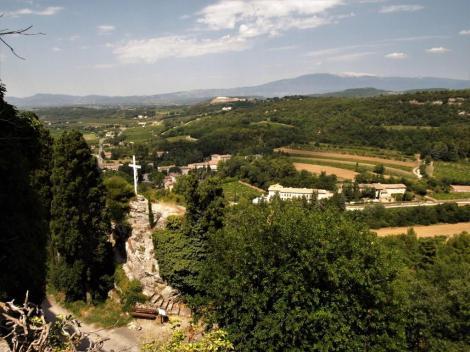 Landschaft bei Venasque, hinten Mont Ventoux (2013)