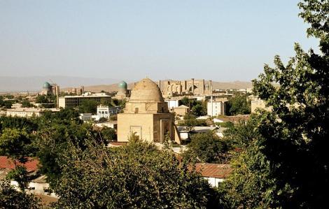 Samarkand: Blick zum Zentrum mit Moschee Bibi Chanym [links], Registan [rechts], vorne Mausoleum Ruchabad (1984)