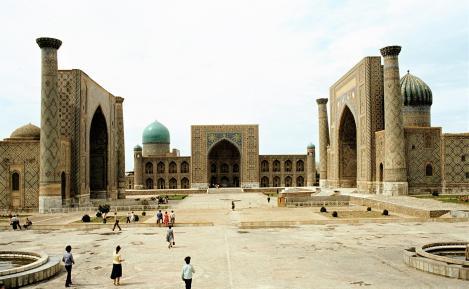 Samarkand: Registan mit den Medresen Ulug Beg, Tillja Kari, Schir Dor [von links] (1984)