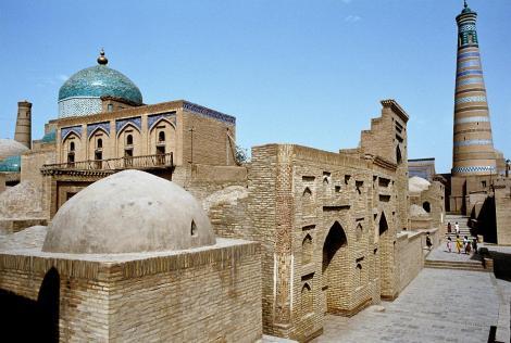 Chiwa: Mausoleum Pahlawan Mahmud [links] und Minarett Islam Chodscha [rechts] (1984)