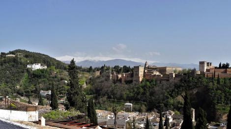 Blick vom Mirador San Nicolas zur Alhambra und zum Generalife, im Hintergrund die schneebedeckte Sierra Nevada (2018)
