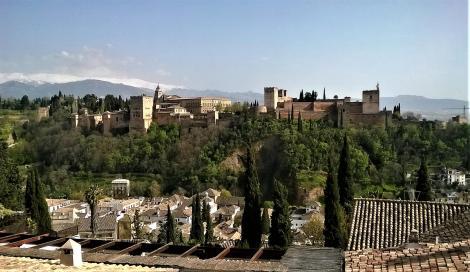 Blick vom Mirador San Nicolas zur Alhambra, im Hintergrund die schneebedeckte Sierra Nevada (2018)