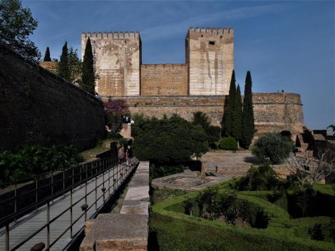 Alhambra: Blick zur Alcazaba, rechts Rundturm [Cubo] (2018)