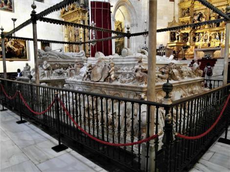 """Königliche Kapelle [Capilla Real]: Grabmäler - rechts die """"Katholischen Könige"""" Isabella und Ferdinand (2018)"""
