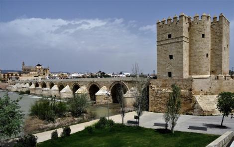 Römerbrücke über den Guadalquivir mit dem Calahorraturm, links Mezquita (2018)