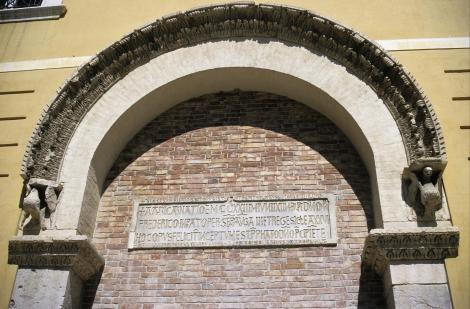 Foggia: Palazzo Arpi - Torbogen vom Palast Kaiser Friedrichs II. (2001)