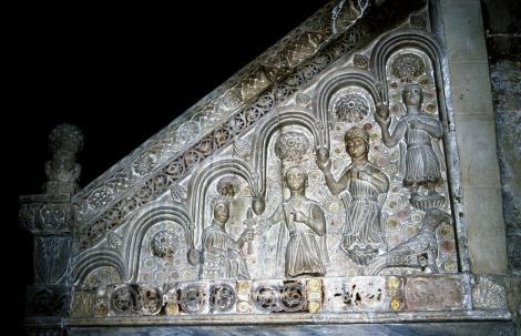 Bitonto: Kathedrale - Relief an der Außenseite des Kanzelaufgangs mit Kaiser Friedrich II. und seiner Familie (2001)