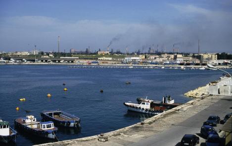 Tarent: Mare Grande mit Blick zum Festland, im Hintergrund Stahlwerk (2001)