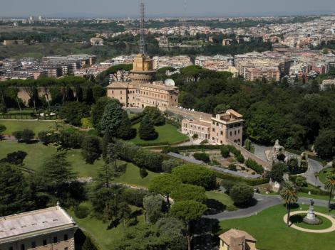 Blick von der Kuppel des Petersdomes auf die Vatikanischen Gärten (2013)