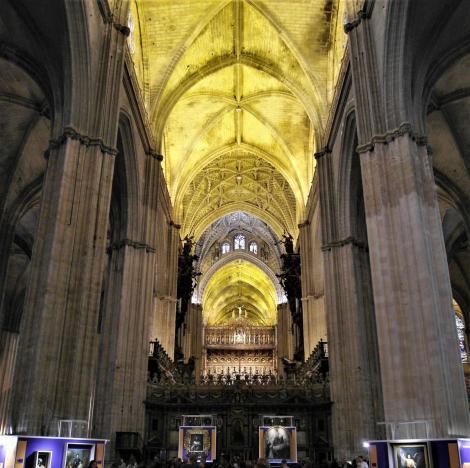 Kathedrale: Mittelschiff mit Chor [vorne] und Hauptkapelle [hinten] (2018)
