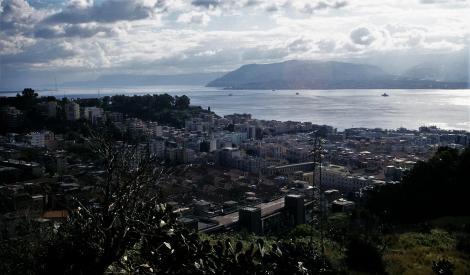 Messina mit der Straße von Messina, hinten italienisches Festland (1999)