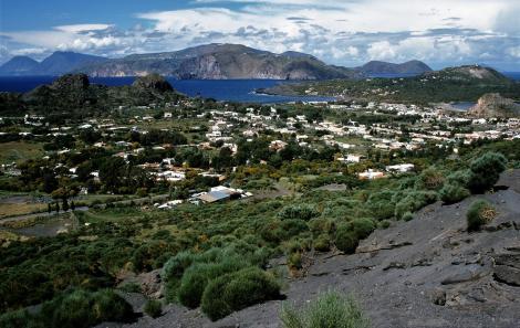 Vulcano, im Hintergrund Lipari (1999)