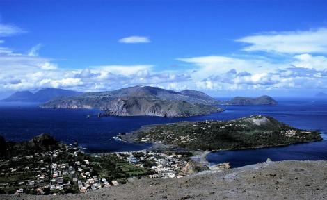 Blick vom Großen Krater auf Vulcano nach Lipari (1999)
