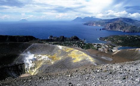 Vulcano: Blick vom Großen Krater [Fossa] nach Lipari (1999)