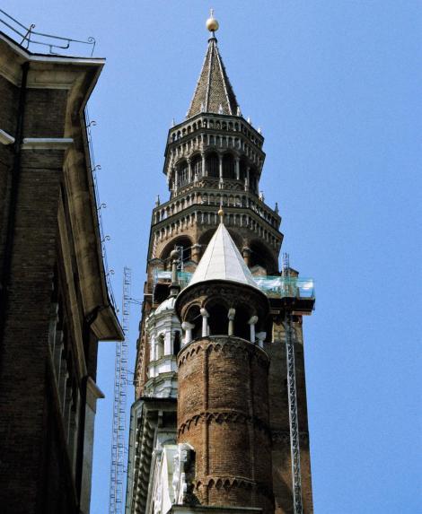 Cremona: Domtürmchen und [hinten] Torrazzo (2002)