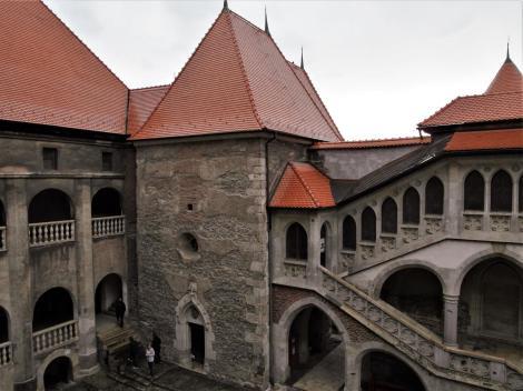 Eisenmarkt: Hunyadi-Burg - Innenhof mit Matthias-Loggia, Kapelle und Loggia (2018)