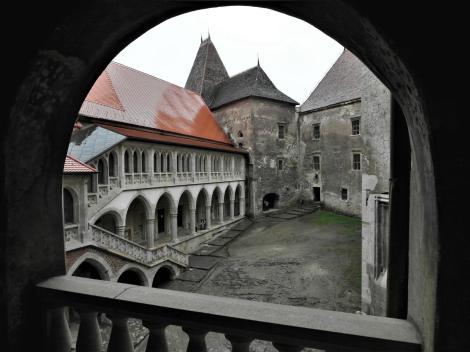Eisenmarkt: Hunyadi-Burg - Blick aus der Matthias-Loggia in den Innenhof (2018)