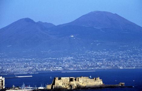 Neapel: Castello dell' Ovo und Vesuv (2000)