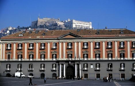 Neapel: Blick von der Piazza del Plebiscito zum Castel Sant' Elmo und zur Certosa di San Martino (2000)