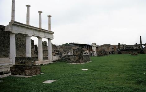 Pompeji: Forum mit Jupitertempel [rechts] (2000)