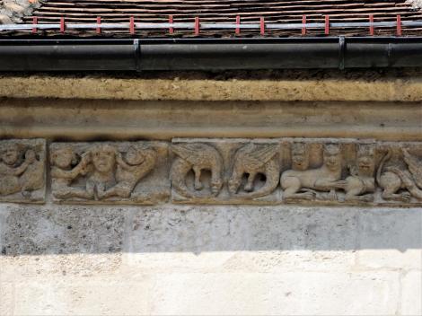 Karlsburg: Kathedrale - skulptiertes Gesimsband unter dem Traufgesims am Chor (2018)