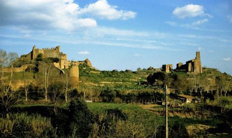 Tuscania: Stadtmauer und Kirche San Pietro (2002)