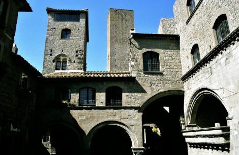 Viterbo: Piazetta San Pellegrino (2002)