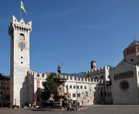 Trient: Neptunbrunnen und Bischofspalast [Palazzo Pretorio] auf dem Domplatz (2017)