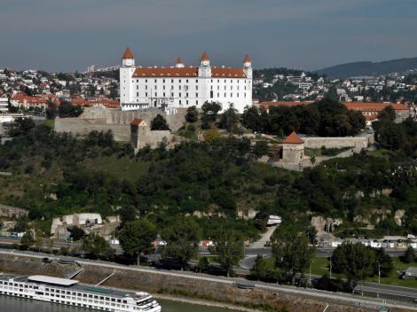 Pressburg: Blick vom Brückenturm der Donaubrücke zur Burg (2018)